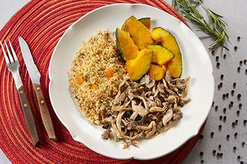 Couscous marroquino com castanha de caju e passas + Mix de cogumelos + Lascas de abóbora com óleo de coco