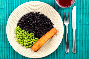 Posta de salmão assada + Edamame + Arroz negro