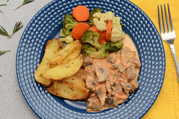 Estrogonofe de cogumelo + Batata rústica com alecrim + Mix de legumes no vapor