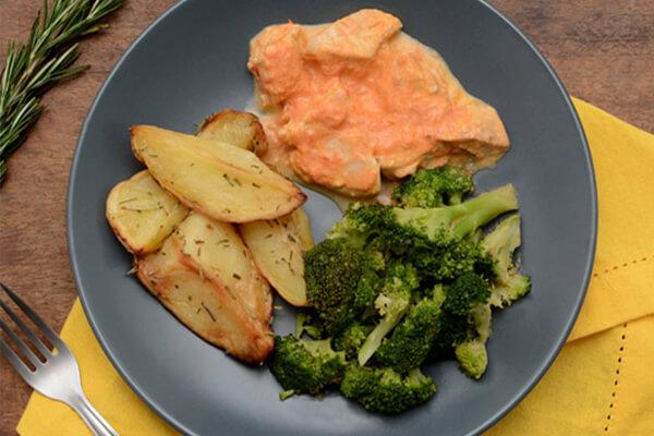 Estrogonofe de frango + Batata rústica com alecrim + Brócolis no vapor