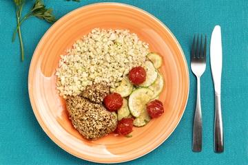 Frango com crosta de castanha de caju + Arroz de couve-flor + Abobrinha com tomate