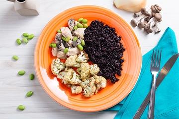 Frango com shimeji e edamame + Arroz negro + Couve-flor com ervas