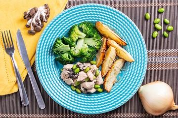 Frango com shimeji e edamame + Batata rústica com alecrim + Brócolis no vapor