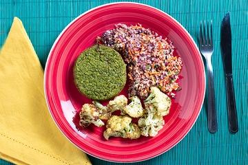 Hambúrguer de ervilha com hortelã + Mix de quinoa com vegetais + Couve-flor com ervas