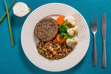 Hambúrguer de portobello e batata + Lentilha mediterrânea + Mix de legumes no vapor