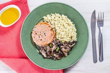 Hambúrguer de salmão + Mix de cogumelos + Arroz de couve-flor