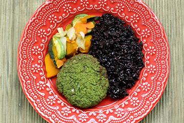 Hambúrguer de ervilha com hortelã + Arroz negro + Mix de legumes assados