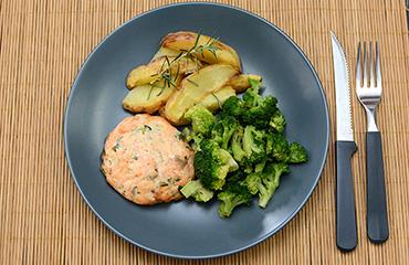 Hambúrguer de salmão + Batata rústica com alecrim + Brócolis no vapor