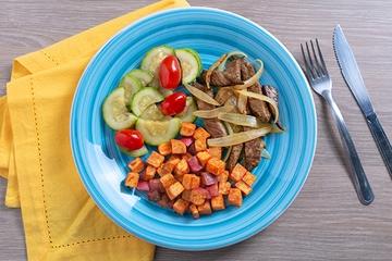 Iscas de filé mignon acebolado + Batata doce com páprica + Abobrinha com tomate