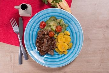 Iscas de filé mignon acebolado + Mandioquinha com salsa + Abobrinha com tomate