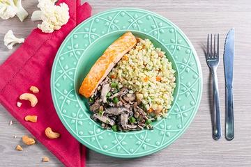 Posta de salmão assada + Arroz de couve-flor com cenoura e castanha de caju + Mix de cogumelos