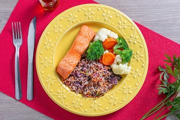 Posta de salmão assada + Mix de quinoa com vegetais + Mix de legumes no vapor