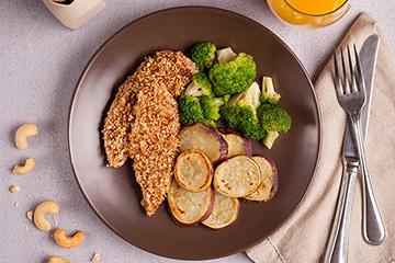 Frango com crosta de castanha do caju + Batata doce ao forno + Brócolis no vapor