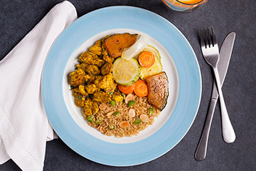 Frango ao molho de curry e cúrcuma + Arroz integral com amêndoas e brócolis + Mix de legumes assados