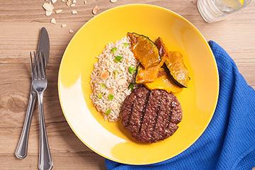 Hambúrguer de fraldinha + Arroz integral com amêndoas e brócolis + Lascas de abóbora