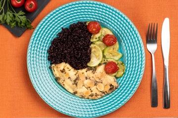 Saint peter com ervas e amêndoas + Arroz negro + Abobrinha com tomate